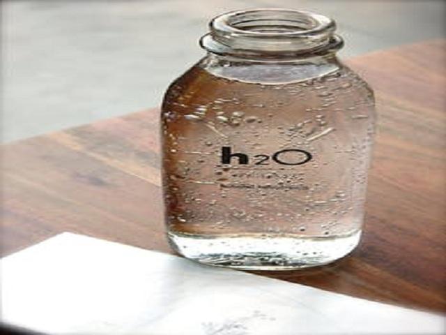 Flaska med vatten på bord